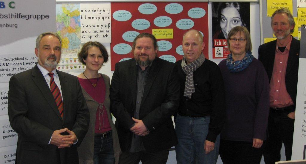 Thomas Kossendey (li) mit Mitarbeitern des Projekts abc+ und der ABC-Selbsthilfegruppe Oldenburg (Bild: R. Makolla)
